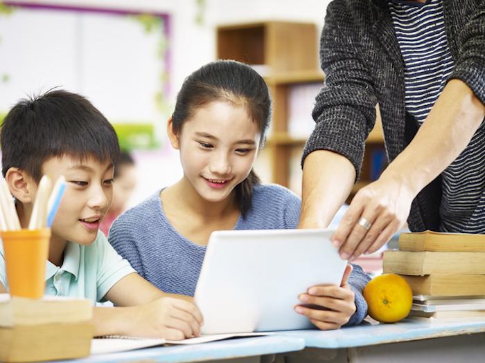 タブレット学習する小学生
