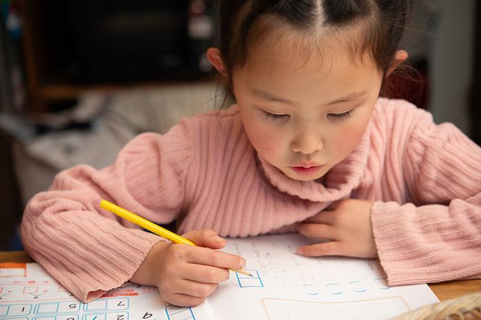 通信教育をする小学生
